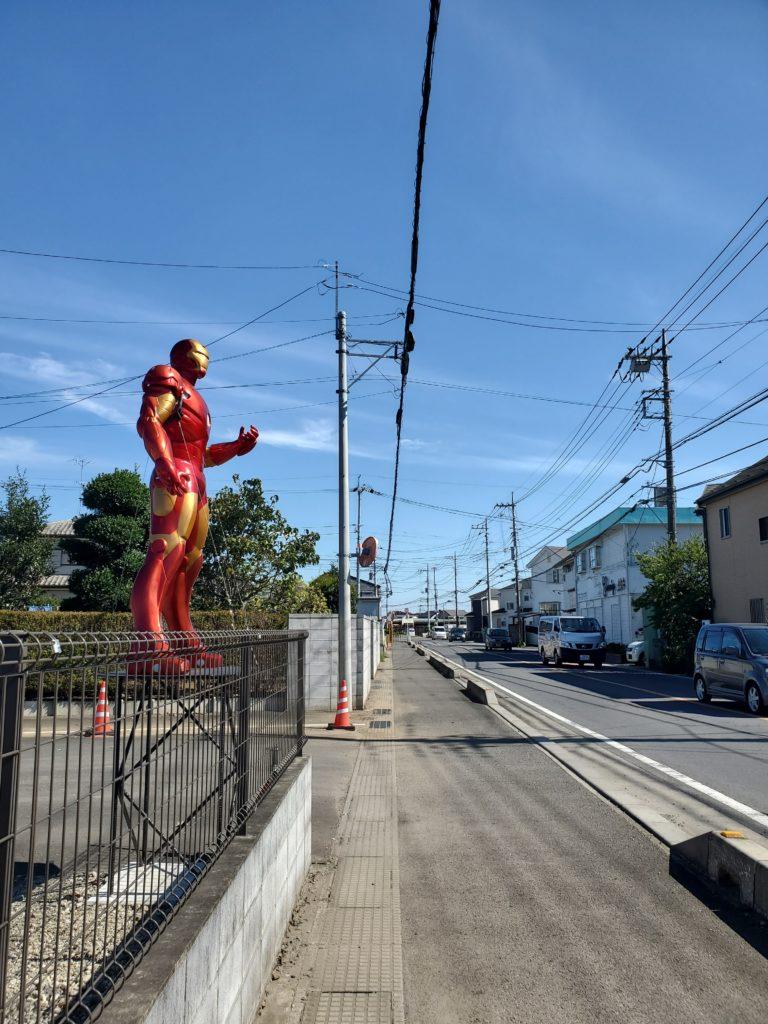 伊奈町小室にある赤いロボットのオブジェ。
